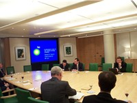 Chief Scientist of BP, Steven Koonin (top right, with laptop), speaks about the energy scene in the