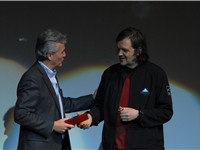 Mayor of Guadalajara Alfonso Petersen offering Kusturica the keys to the city at Telmex Auditorium o