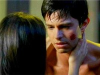 Roswell, Behr as Max Evans in the episode Ask Not with his co-star Shiri Appleby (Liz Parker)