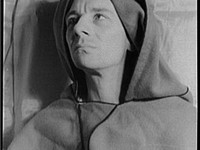 photo of Gielgud as Richard II by Carl Van Vechten (1936).
