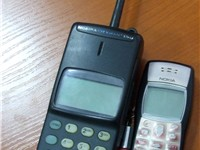 The Mobira Cityman 150, Nokia's NMT-900 mobile phone from 1989 (left), compared to the Nokia 1100 fr