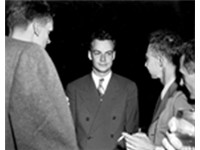 Feynman (center) with Robert Oppenheimer (right) relaxing at a Los Alamos social function during the