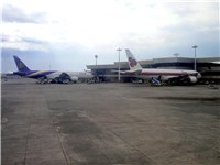 Thai 777-200s in the old (right) and new (left) liveries at the Ninoy Aquino International Airport