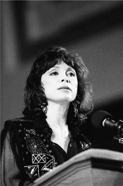 de amor y de sombra. de amor y de sombra isabel allende. Isabel Allende at the Miami